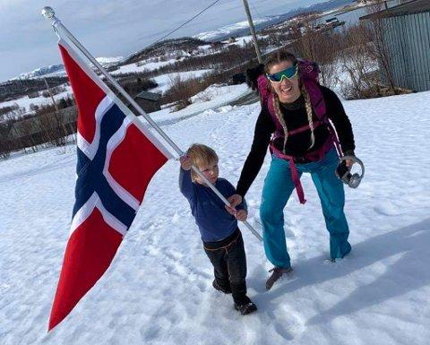 VELKOMSTKOMITE: Etter 43 kilometer til fots var det godt å bli møtt av sønnen Emil. Foto: Privat