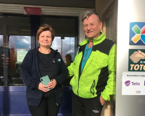 FERDIG: Elle Kirste Porsanger og Lars Svonni har drevet kiosken i Tanabru i over ni år. Onsdag 1. september overlot de kiosken til ny eier.