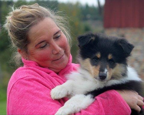 – Jeg har flere dyr, og er avhengig av å kunne ringe for å få tak i veterinær om det trengs, sier Tone Kristin Gulbrandsen. Her sammen med valpen Vito.