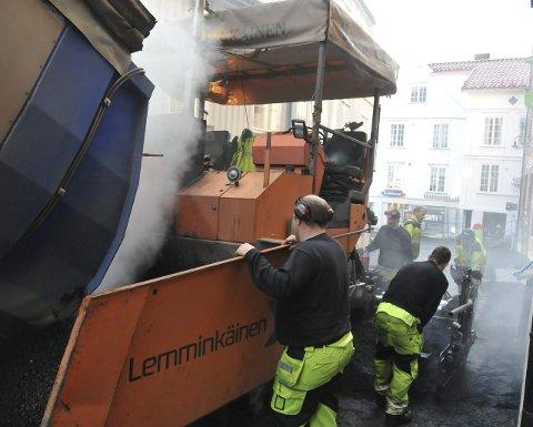 NY ASFALT: Lemminkäinen legger ny asfalt i Kirkegata.    Begge foto: Per Eckholdt