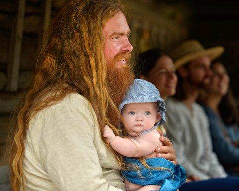 Stor og liten viking, onkel Ole Magne Refshal med Puck på seks måneder var med på Middelaldergildet  på Rollag bugdetun.