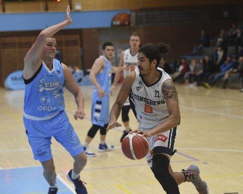 BURSDAGSBARN: Aly Hudgins (med ballen) fylte 26 år mandag. Tirsdag feiret han med å storspille mot Bærum Basket i Nadderudhallen.ALLE FOTO: OLE JOHN HOSTVEDT