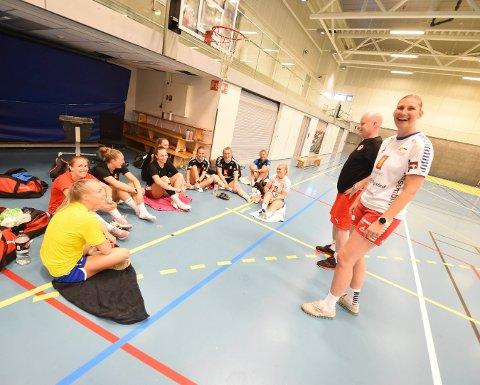 FORNØYDE: Jeannette Carlsen (t.v.) og Gjermund Hulbak skal trene det sammensatte laget fra IL Skrim og Hokksund IL, som skal spille i 2. divisjon. FOTO: OLE JOHN HOSTVEDT
