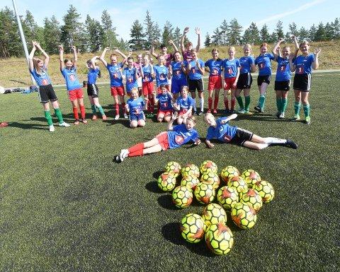 FOTBALLGLEDE: - Det var kjempebra at det ble fotballskole også i år, sier denne glade gjengen, som denne uka deltar på Skrims fotballskole. ALLE FOTO: OLE JOHN HOSTVEDT