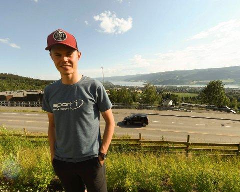 OL-HÅP: Erik Hægstad har kongeutsikt fra sin nye leilighet i Nordseterveien på Lillehammer. Nå ser han fram til å trå til for fullt og sikre seg OL-start i rundbanerittet i Tokyo neste år. FOTO: OLE JOHN HOSTVEDT