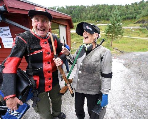 BLIR HEDRET: Åse Moa, som fyller 80 år 30. juli, har blant annet dratt i gang veterantreffene i Numedal skyttersamlag. Her sammen med jondølen Hans Erik Rua. FOTO: OLE JOHN HOSTVEDT