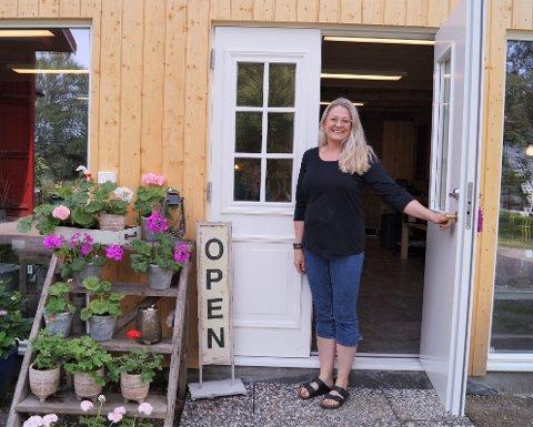 NY BUTIKK: Kjersti Kvam Buvik har lenge kjent på sommerfugler i magen før åpninga av butikken, Lunula Velvære og Interiør. Nå er hun endelig klar for å ta imot kunder i heime på gården.