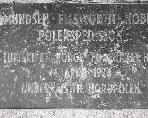 PLAKETTEN: «Amundsen-Ellsworth-Nobiles polekspedisjon. Luftskipet «Norge» forankret her 14. april 1926 på vei til Nordpolen.»