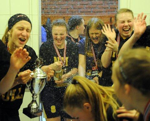 FULL SPRUT: Marie Wolf og trener Charlotta Hjorth tok skikkelig ansvar da champagnen skulle sprettes etter finalen. Alle Foto: Solfrid Therese Nordbakk