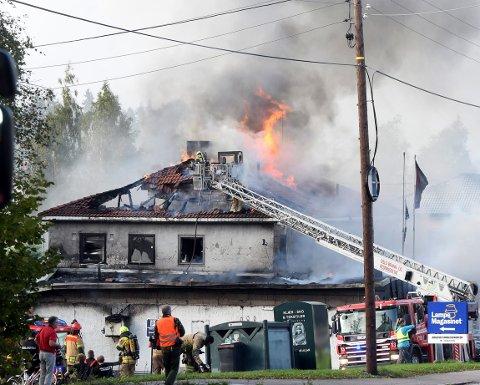 DRAMATISK: Rundt 30 brannmenn var i sving for å få bukt med flammene da det brant i Enebakkveien 289. Foto: Solfrid Therese Nordbakk