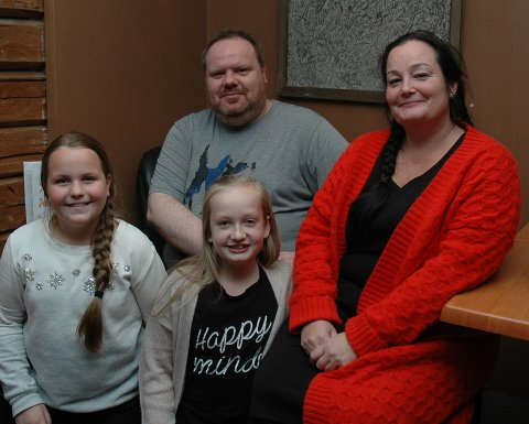 SØNDAG: Andrea (12), Hedda (11), Ronny G. Berg og Bente Pettersbakken byr søndag på Musicals Junior-show på Friscena i Gjøvik.
