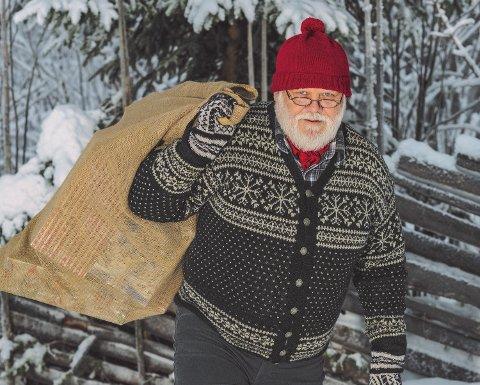 EGEN NISSE: Landsbynissen med sekken klar for julemarked. Foto: Trond Fjeldseth/Studiof8