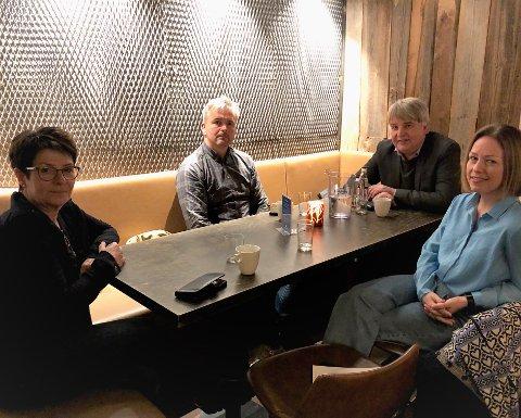 TRYGGHET: Skolesjef Hilde Dahl Lønstad i Gjøvik (f.v.) og ordfører Bror Helgestad på Østre Toten er opptatt av at voksne må snakke med barna og gi dem trygghet i den usikre situasjonen vi står midt oppe i. Denne uka er de gjester i OA-podden hos Erik Sønstelie og Stina Håkensbakken.