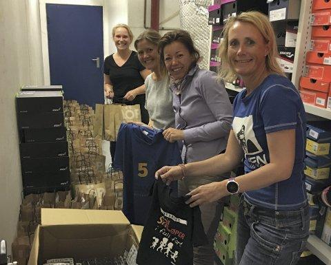 Dugnad: 1200 gaveposer skal pakkes. Ruby Semb, Vibecke Tvedt Gustavsen, Camilla Rodal og Eline Skari i aksjon.