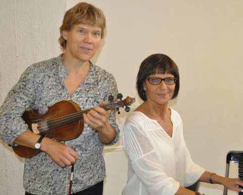 FIOLIN: Kulturskolelærer Tone A. Stokland underviser i fiolin og cello. Her med Lis F. Seim under en konsert.