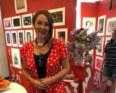 UTSTILLING: Lærer Linda Oloey Johannessen kunne presentere en stor elevutstilling i Sliperiet.