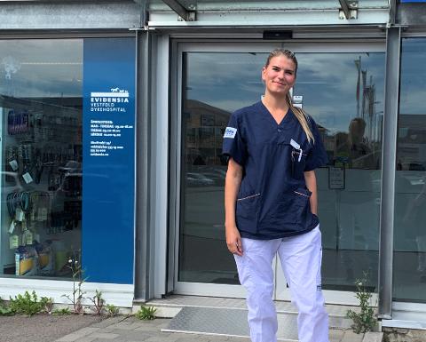 FRISKE FUGLEUNGER: Veterinær Julia Høstmæling (30) får stadig inn friske fugleunger. Foto: Privat