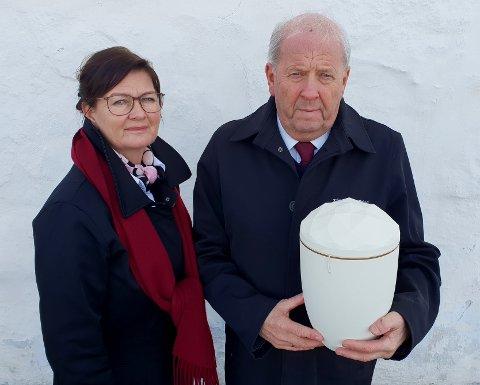 JOBBER MED DØDEN: Svein Erik Klemmetsby og datteren Heidi, som overtok som daglig leder da faren pensjonerte seg. Skjønt, han trår fortsatt til ved behov.