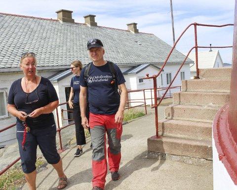 Oslofjordens Friluftsråd, ved direktør Espen Søilen og fagsjef kystled Stine Greni, var på fyrbesøk sammen med Rita Sundseth Eriksen (t.v.), som er leder i Færder fyrs venner. Det er de som stiller som vertskap når kystleden her ute leies ut. Foto: Nina Therese Blix