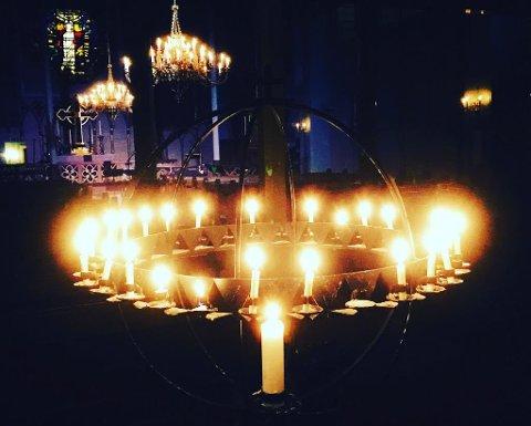 Over 40 ungdommer samlet seg i Bamble kirke og tente lys for å minnes den døde 17-åringen.