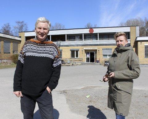 FULL STOPP: Olav Havstad og Karin Skeimo i skolegården på Tveten fredag. De tar til orde for full ny gjennomgang av saken og stans i kjempeprosjektet som er startet opp på Tveten.