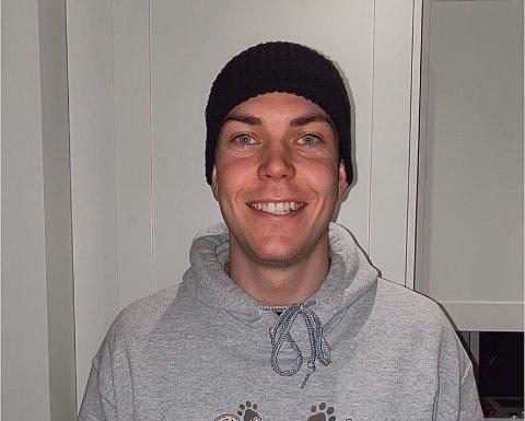 FULL RULLE: Oskar (23) er aktiv på mange forskjellige plattformer. Plattformen hans har vokst enormt i løpet av de siste året.