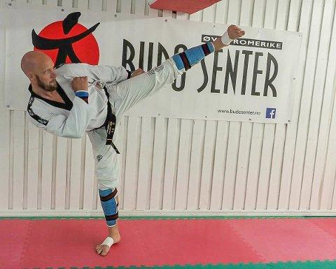 KONKURRANSE: Ken Holter skal instruere utøvere ved MLTAcademy i taekwondos konkurranseform.