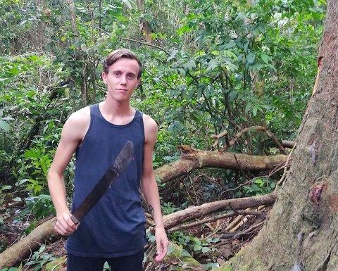 """Sebastian Austneberg har de siste årene jobbet på Hawaii under """"Ungdom i oppdrag"""".  Nå har han sommerjobb som gressklipper i Rakkestad kommune."""