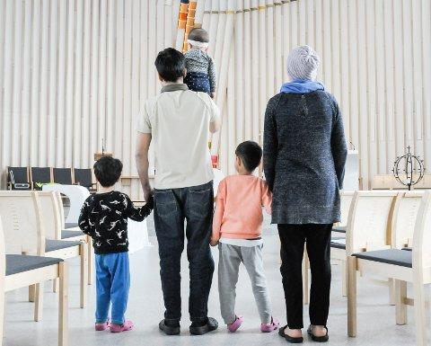 Flyktet fra tvangsgifting: Familien som oppholder seg i kirkeasyl i Hønefoss kirke mener de blir drept av kvinnens bror hvis de reiser tilbake til Afghanistan.