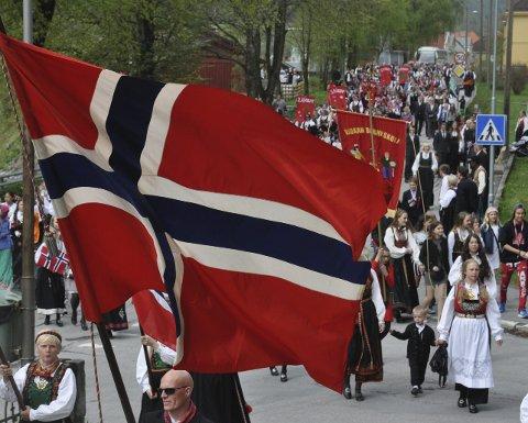 Barnetog: Et langt barnetog snodde seg etter flaggborgen til Rjukan barneskole og Rjukan janitsjarorkester.