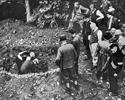Etter frigjøringen ble massegravene gravd opp igjen. Ledende NS-folk, landssvikfanger og noen tyske gestapister ble satt til å grave opp gravene og bære ut de døde. Begge foto: Bry/Eidsvoll kommune/Akershusmuseet