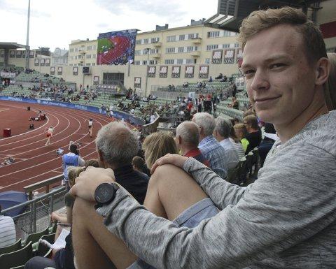 Tilskuer: Markus Einan satt på tribunen under Bislett Games tidligere i år. 20-åringen fra Sørumsand er fremdeles ikke tilbake i normal trening.  Foto: Jon Wiik