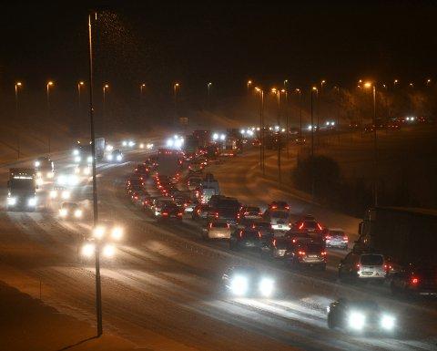 TETT OG SAKTEGÅENDE: Fredag morgen og kveld sneglet trafikken seg av gårde på E6 gjennom Romerike. Foto: Vidar Sandnes