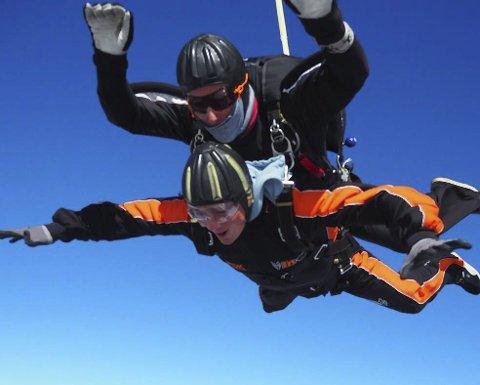 Ikke høy i hatten: Fredrik Krogstad var ikke høy i hatten da han kastet seg ut til livets første fallskjermhopp. Begge foto: Oslo Fallskjermklubb