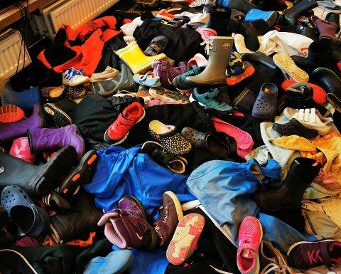 MENGDER: Mandag ettermiddag var flere foreldre innom skolen for å lete gjennom denne haugen med eiendeler. Flere tok på de samme tingene. – Viruset overlever jo lenge, sier en bekymret forelder.