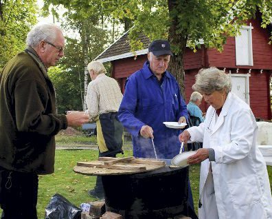 VERDENSKJENT: Frøydis Christoffersen har kokt og servert ertesuppe på de siste 20–25 marsjene. Den er «verdenskjent» blant tidligere marsjdeltagere.