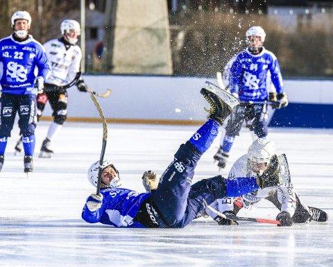 NED FOR TELLING: Sarpsborg Bandyklubb og Tim Gustafsson var ferdig etter seks minutter mot Solberg. Foto: Tobias Nordli