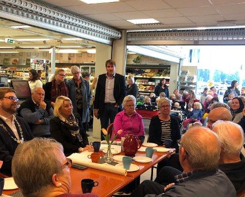 Det var mange frammøtte da kommunalminister Monica Mæland (H) besøkte nærbutikken Joker Setskog onsdag.