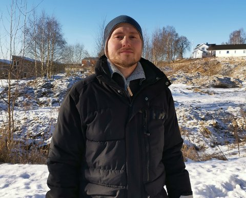 ENGAJERT: Her står Kenni Pedersen bak Bergheimveien i Mysen. Et område han mener kunne vært et fint uteområde for familier og barn.