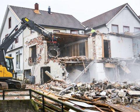 RIVES: Huset hvor de siste Bjørnstadpølser ble laget rives, og det blir nye leiligheter og større areal for butikken. Arkivfoto