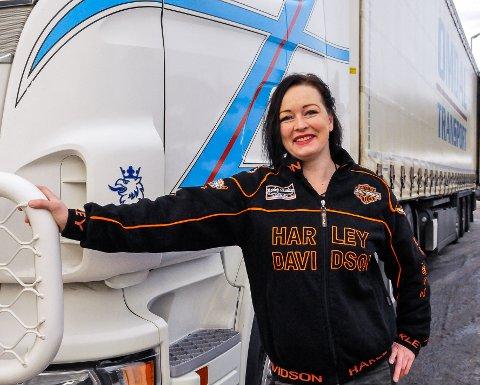 LASTEBIL: Lene Eriksen er anleggsgartner og forfatter. Nå har hun også lappen på lastebil.