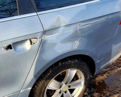 BULKET PÅ FREDAG: Den parkerte bilen, en lyseblå Volkswagen Passat stasjonsvogn, fikk store skader etter påkjørselen. Men gjerningspersonen har ikke latt høre fra seg.