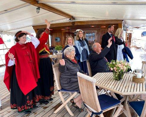 Dronning Sonjas egne bilder fra kongeskipet under 17. mai feiring på nasjonaldagen i Oslo. På bilde fra v. Maud Angelica Behn, prinsesse Märtha Louise, prinsesse Astrid, Emma Tallulah Behn, Leah Isadora Behn, kong Harald, kronprins Haakon og kronprinsesse Mette-Marit.