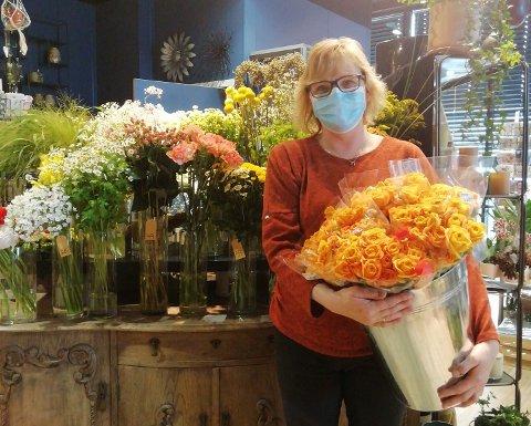 FLERE TILTAK: Daglig leder Turid Nesvang hos Romanze blomster på Rådhustorget på Lena forteller at de har gjort flere tiltak for at kundene fortsatt skal kunne handle hos dem.