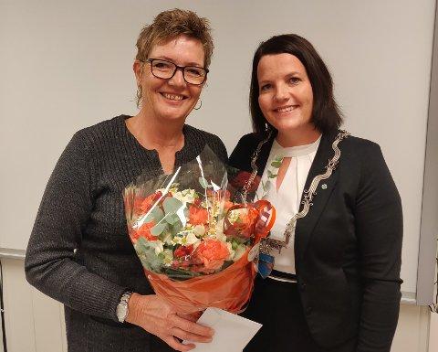 På toppen: Toril Grønbrekk (t.v.) skal vera varaordførar og Linda Mæhlum Robøle ordførar i det nye kommunestyret. Her fekk Grønbrekk blomar for god innsats som ordførar sidan 2014.
