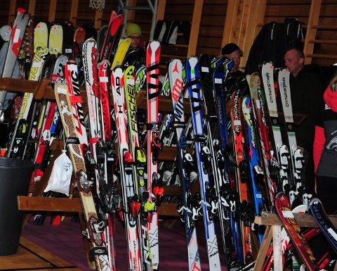 FINN DET FRAM: Li ungdomsskole skal ikke lage utstyrslager som på bildet, som forøvrig er fra Hakadal ILs  skimesse på Bjertnes. Men det kan jo hende de kan arrangere vinteraktivitetsdag om værgudene spiller på lag, og da trenger de låneutstyr til elevene.