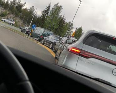 STÅR I KØ: Evy Thune som driver Fru Thune Spiseri på Drøbak City forteller om lange køer i det Oslofjordtunnelen er stengt i 17. mai.