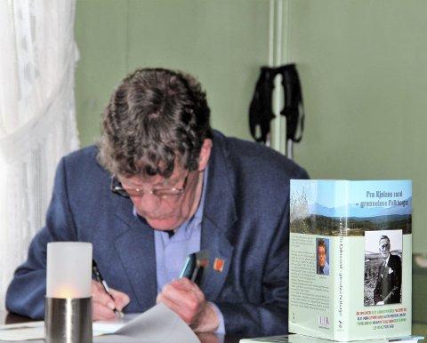 HILSEN: Det var mange som ville ha forfatterens signatur da Kojens nye bok ble presentert.