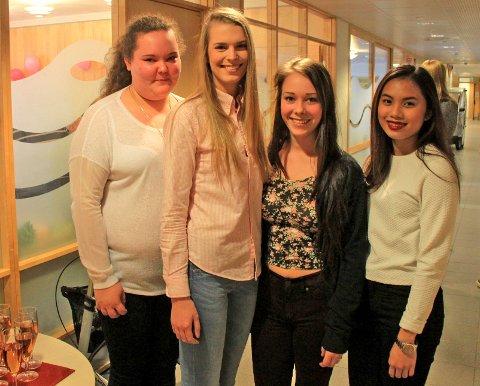 Ida Marie Haugland, Mina Løken, Helene Braathu og Bea Gan er glade for å kunne stille opp for de eldre.