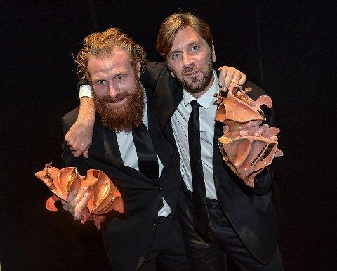 Kristofer Hivju och Ruben Östlund med två av de sex Guldbaggar som Östlunds film Turist vann på Guldbaggegalan på Cirkus i Stockholm i fjor.